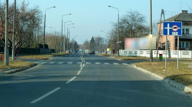 Czy jadąc samochodem osobowym o dopuszczalnej masie całkowitej 3 tony możesz skręcić w prawo za tym znakiem?