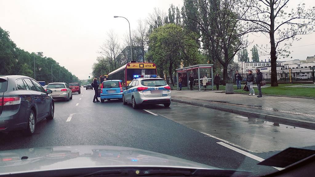 Nowe pytanie z testów na prawo jazdy. Źródło: zdamyto.com: Czy w tej sytuacji kierujący pojazdem znajdującym się na pasie po Twojej lewej stronie jest zobowiązany umożliwić Ci zmianę pasa ruchu?