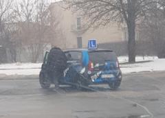 Egzaminator postanowił wysadzić z fotela osobę egzaminowaną na środku skrzyżowania